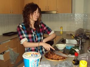 Zuii cutting the pizza